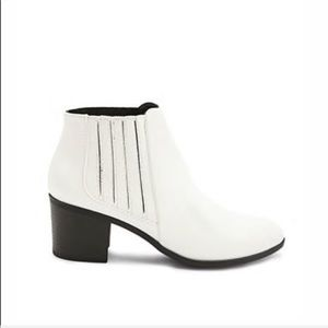 Qupid White ankle booties US 7